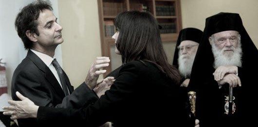 Ιδιοκτήτης συσκευών Siemens ανταλλάσσει χριστιανικό ασπασμό με την υπουργό Κουντουρά, δίπλα στο ιερό λείψανο στη Μητρόπολη του αγίου Αλέξιου του ΣΔΟΕ (φωτ. paraskhnio.gr, 10/05/2015 21:43).