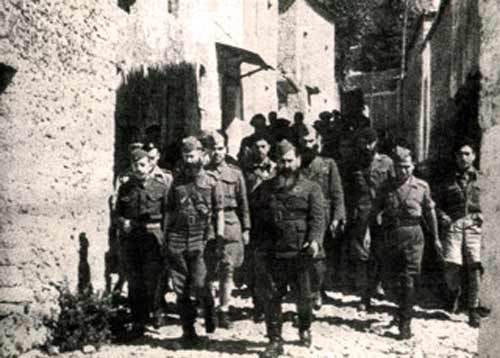 Ο Ζέρβας μαζί με τον πλιατσικολόγο και συνένοχο στη σφαγή των Μουσουλμάνων Μητροπολίτη Παραμυθιάς Δωρόθεο (στα αριστερά του, με στρατιωτική στολή, φωτ. από τον ιστότοπο της Μητρόπολης).