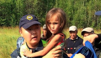 Τρίχρονο κοριτσάκι επιβίωσε στο δάσος της Σιβηρίας για 11 μέρες -Γύρω της περιφέρονταν αρκούδες και λύκοι εικόνες