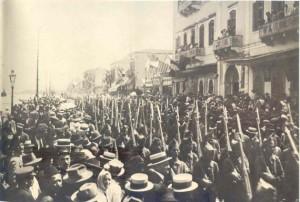 Ο πόλεμος του 1919-1922 παρουσιάζεται ως «εισβολή της Σμύρνης». Οι Νεοέλληνες φέρονται ως βίαιοι εισβολείς και οι Έλληνες της Ανατολίας (Ρωμιοί- Rum) συνεργάτες του εχθρού, ένα βλαβερό στοιχείο που έλεγχε την οικονομική ζωή της χώρας.  Παρέλαση τμήματος του Ελληνικού Στρατού στην προκυμαία της Σμύρνης, 2 Μαΐου 1919.