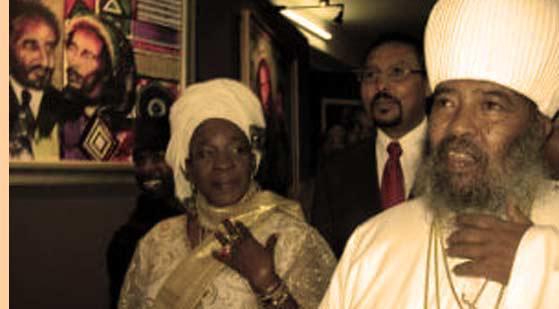 Η χήρα Μάρλεϊ με τον Αιθίοπα πατριάρχη Παύλο στις 1.2.2005, σε μια καλλιτεχνική εκδήλωση για τον άνδρα της (AFP/LEA LISA WESTERHOFF)